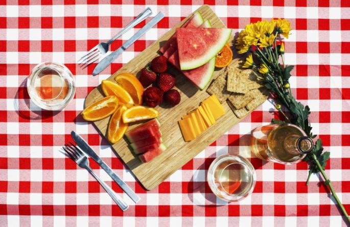 picnic-snacks-wine-and-flowers_925x